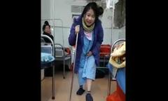 Mẹ 9X chống gậy tập đi đầy đau đớn sau ca sinh mổ
