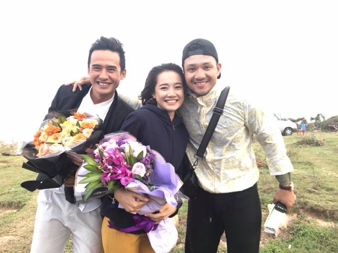Lương Thế Thành và Nhã Phương chụp ảnh kỷ niệm cùng đạo diễn Khải Anh tại hậu trường của phim truyền hình Tình yêu tìm thấy.