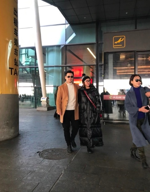 Nghiêm Khoan ôm eobà xãĐỗ Nhược Khê tình cảm, khiđến sân bay về quê nhà.