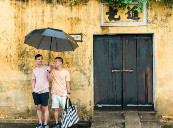 Đã thành thông lệ, năm nào sau giao thừa, cặp đôi Adrian Anh Tuấn và Sơn Đoàn cũng lên đường du lịch thay vì đón Tết ở nhà. Năm ngoái, sau khi tới Hội An đón giao thừa, hai người đã rất thích thú với không khí tại đây nên năm nay quyết định quay trở lại để tận hưởng một lần nữa.