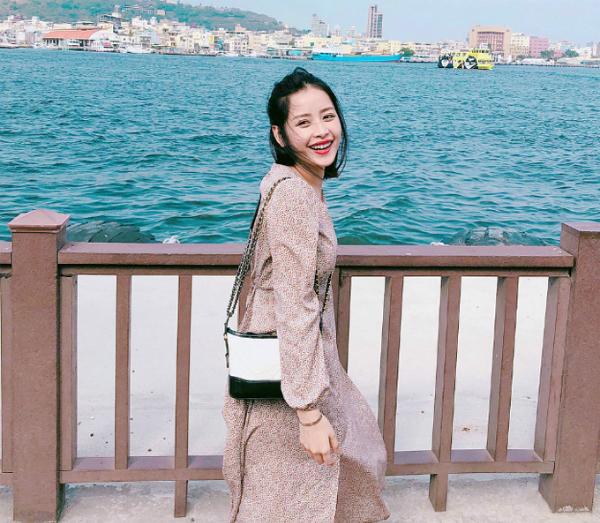 Sau khi đón Tết cùng gia đình theo đúng truyền thống, Chi Pu khăn gói lên đường du xuân. Cũng giống Huyền My, Chi Pu check in Đài Loan trong những ngày đầu năm. Vừa mới đặt chân đến nơi nên cô nàng chưa kịp chia sẻ nhiều về địa điểm mình check in, tuy nhiên, fan tinh mắt đã phát hiện ra Chi Pu đang có mặt ở Cao Hùng.
