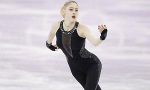 Bóng hồng trượt băng tuổi teen gây sốt vì mặc kín và chọn nhạc 'độc'