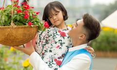 Lâm Vinh Hải diện áo dài đi ngắm hoa xuân cùng con gái