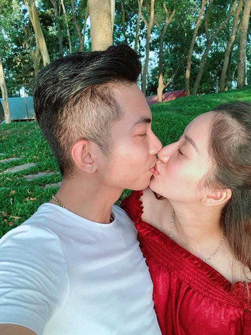 Vợ chồng Khánh Thi - Phan Hiển dành cho nhau nụ hôn ngọt ngào trên hành trình du xuân.