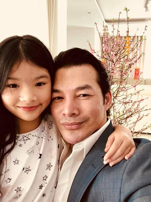 Trần Bảo Sơn khoe con gái Devon ngày càng giống bố. Anh viết: Con gái luôn là mùa xuân.
