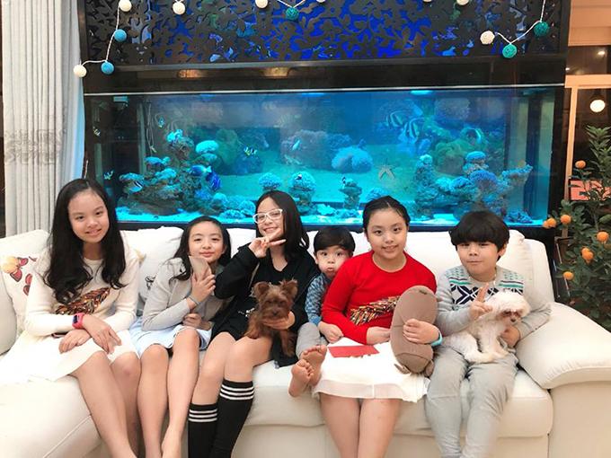 Gia đình Thuý Hằng - Thuý Hạnh đưa các bé tới chúc Tết nhàMC Phan Anh và hội ngộ với chị em Phan Bo.