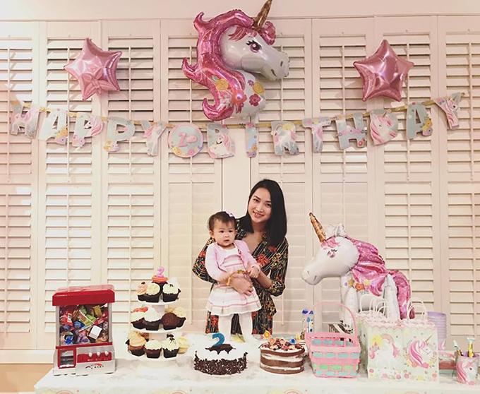 Yến Phương - bà xã Lam Trường - tất bật chuẩn bịsinh nhật 2 tuổicho cô công chúa nhỏ với tone màu hồng dễ thương.