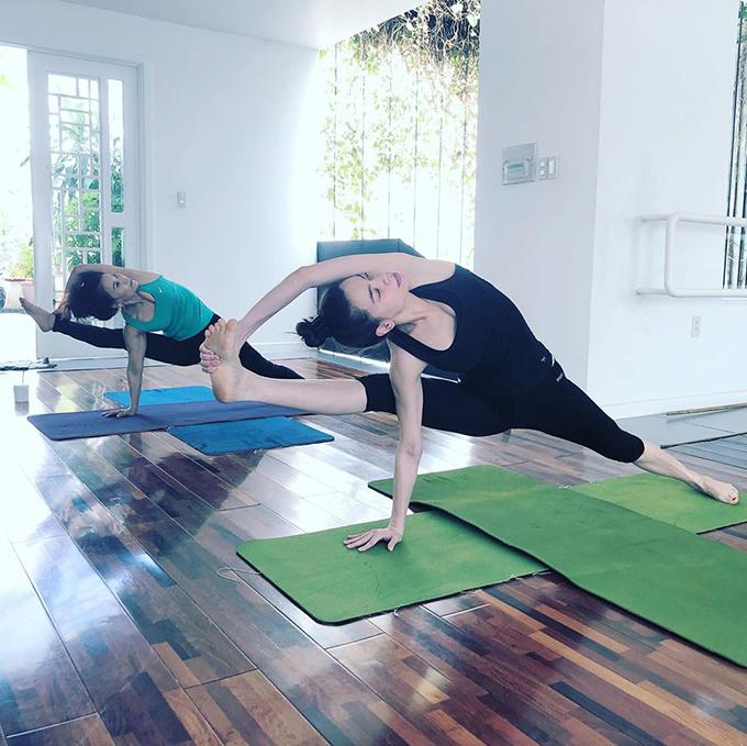 Hồ Ngọc Hà cùng mẹ thực hiện một động tác yoga có độ khó cao. Nữ ca sĩ viết: Đôi bạn cùng ăn bánh tét và cùng tiến chống lại những thứ đã nhét vào mồm. Dù có lễ Tết thì vẫn cứ là yoga.