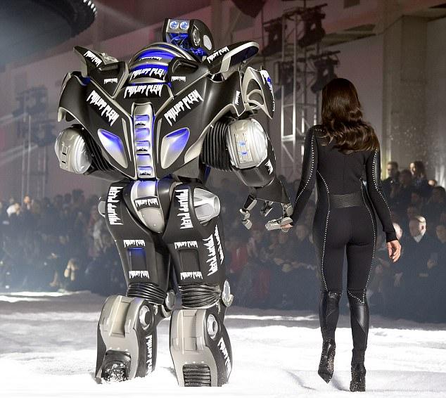Với thân hình hoàn hảo, Irina gây ấn tượng mạnh khi mặc trang phục bodysuit.