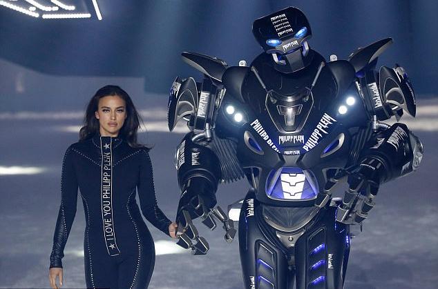 Bạn gái tài tử Bradly Cooper trình diễn cho bộ sưu tập của Philipp Plein cùng người máy.