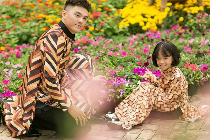 Hai cha con quán quân Thử thách cùng bước nhảy diện áo dài đôi đồng điệu, tạo dáng với những đóa hoa đủ rực rỡ sắc màu.