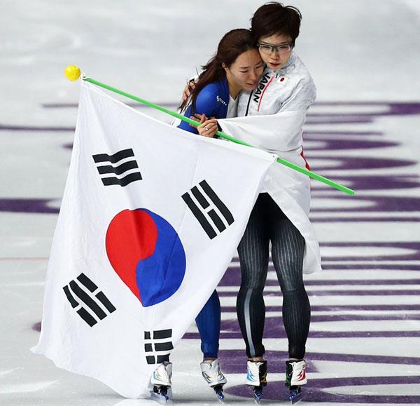 Nao Kodaira ôm vỗ về Lee Sang-hwa