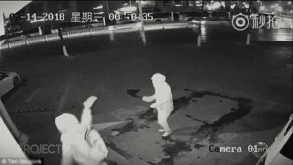 Hai tên trộm đội mũ nên cảnh sát chưa nhận dạng được.
