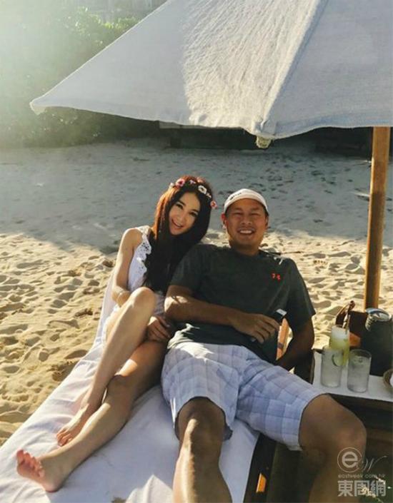 Ôn Bích Hà vàông xã tắm nắng Hawaii. Sau sóng gió tình cảm, cặp sao quay về bên nhau và càng trân trọng hạnh phúc vợ chồng.