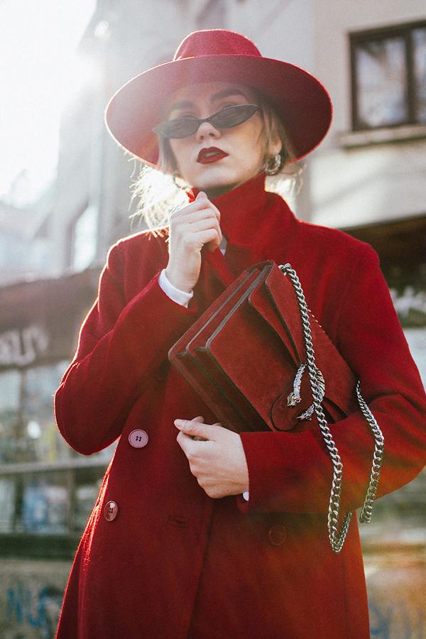 Andreea B là một blogget thời trang sinh sống tại Bucharest, Romania. Cô nàng luôn khéo léo gây sự chú ý bằng cách phối trang phục có tông màu bắt mắt để tạo điểm nhấn ấn tượng mỗi khi xuống phố.