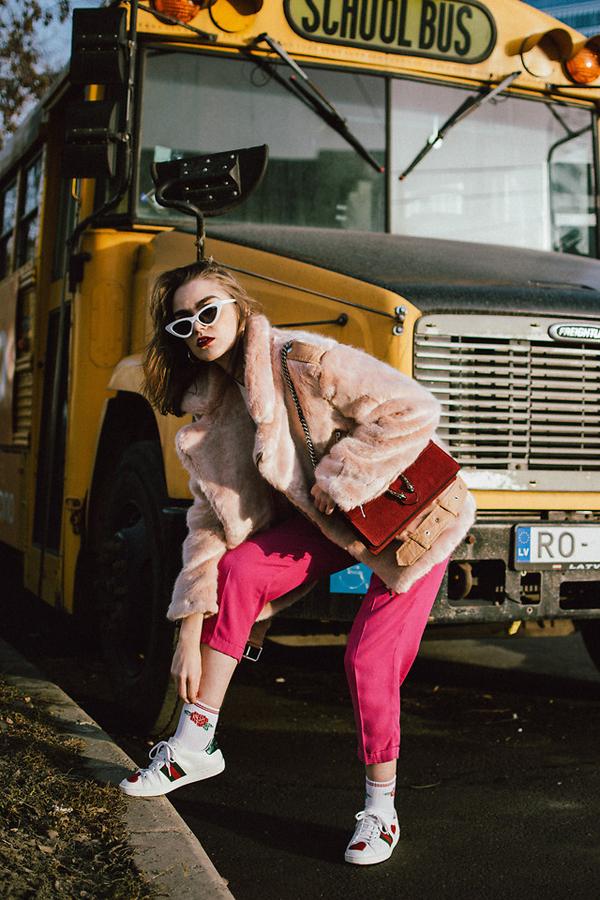 Nàng blogger sử dụng túi đỏ đeo chéo của Gucci để làm điểm nhấn cho nhiều bộ trang phục có gam màu và họa tiết khác nhau. Cô cũng thể hiện sự tinh tế khi tạo nên sự gắn kết mật thiết về tông màu họa tiết cho các món phụ kiện.