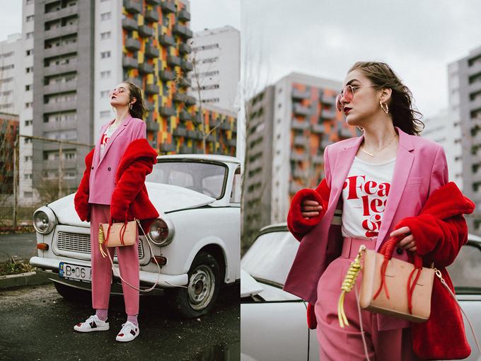 Bộ suit hồng kiểu dáng thanh lịch bỗng trở nên phá cách khi được phối hợp cùng áo khoác lông đỏ, giầy sneaker thêu hoa.