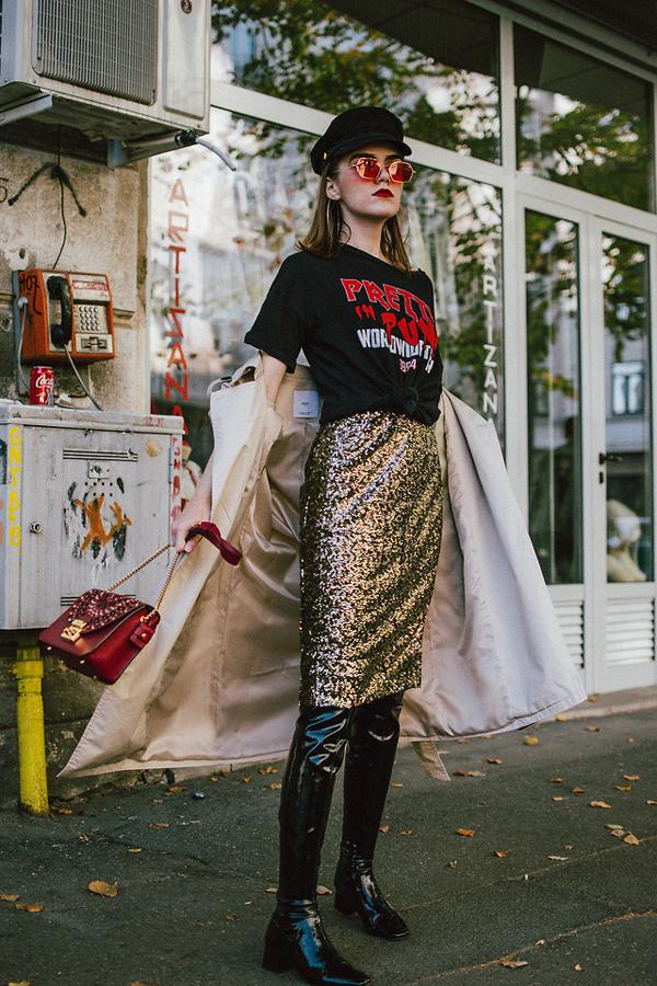 Túi xách nạm đinh tán ánh đồng được fashioniissta chọn để phối đồ khi sử dụng chân váy sequins mix cùng bốt da bóng, áo in họa tiết ấn tượng.