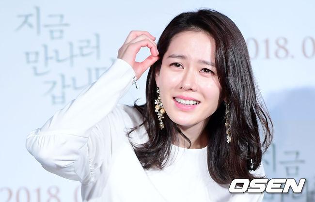 Son Ye Jin loay hoay che chắn vì chiếc váy ngắn - 7
