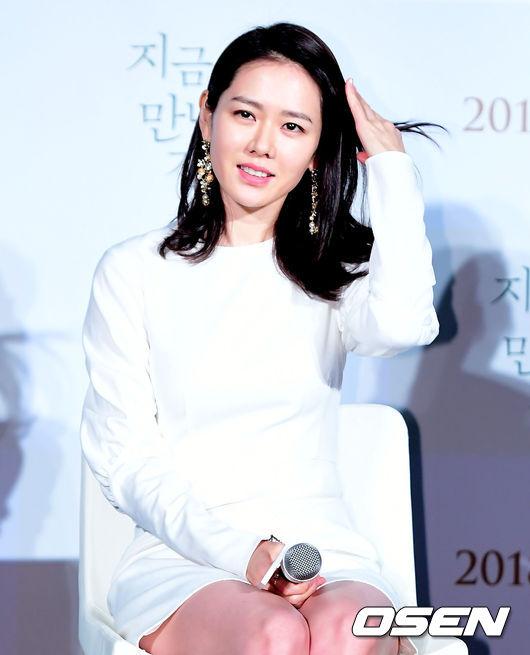 Là một trong những nghệ sĩ có gương mặt mộc tự nhiên đẹp nhất xứ Hàn, Son Ye Jin lúc nào cũng nổi bật.