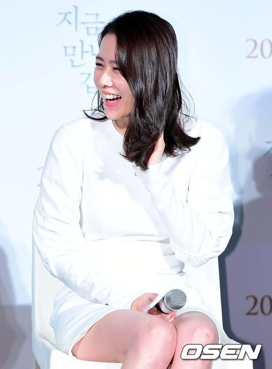 Son Ye Jin loay hoay che chắn vì chiếc váy ngắn - 6
