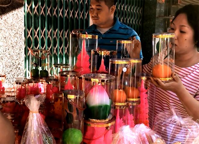 Nhiều người đến chợ Phùng Hưng quận 5 mua vật cúng Thần Tài sáng mùng 7. Ảnh: Thiên Chương