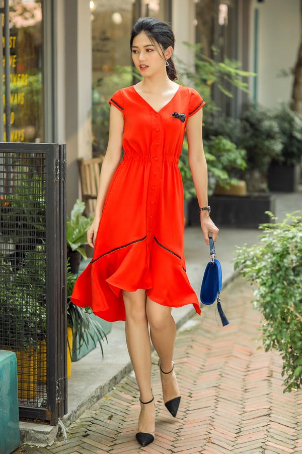 Gam màu đỏ tươi và chất liệu lụa mềm mại được đưa vào những phom dáng váy mang tính ứng dụng cao.