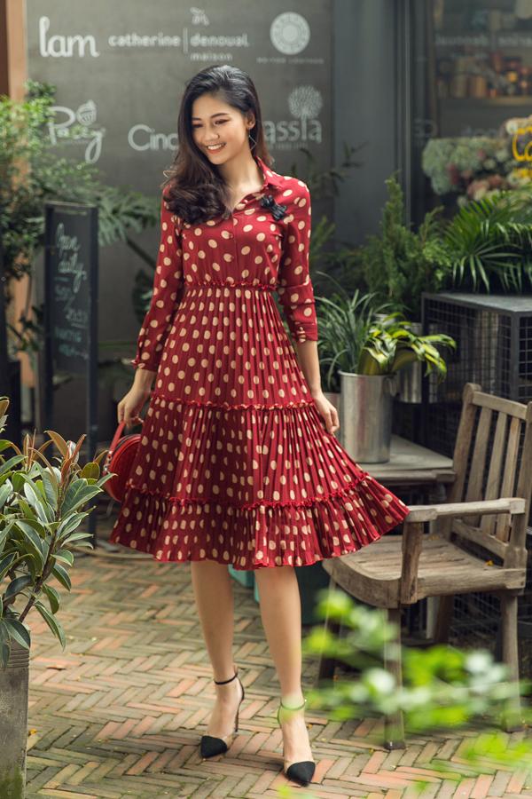 Bên cạnh trang phục xây dựng trên gam màu đơn sắc, váy họa tiết chấm bi mang phong cách retro sẽ giúp người mặc có được nét thanh tao.