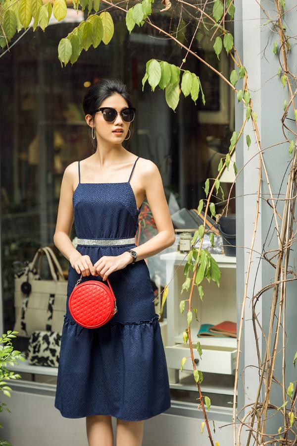 Khi không diện váy đỏ, Thanh Thanh Tú lại sử dụng phụ kiện tông màu nổi bật để tạo điểm nhấn cho từng set đồ.