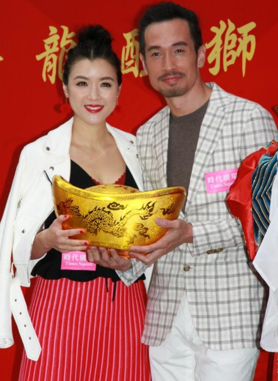 Vợ chồng Trần Hào, Trần Nhân Mỹ sánh vai nhau tình cảm khi cùng dự sự kiện hôm 22/2.