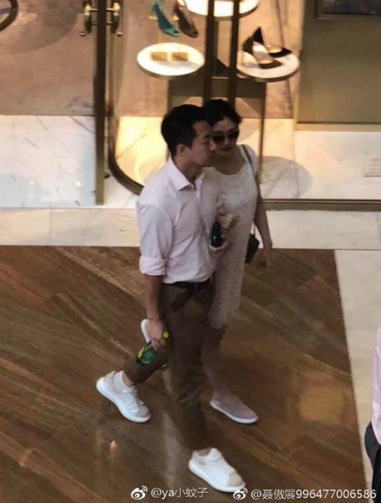 Từ Hy Viên vàông xã Uông Tiểu Phi cùng nhauđi du lịch Singapore. Tại trung tâm mua sắm, diễn viên Vườn sao băng khoác tay chồng, cả hai trò chuyện rôm rả.