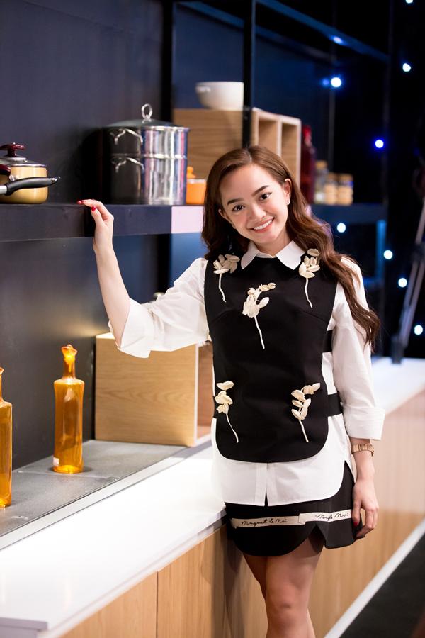 Kaity Nguyễn trẻ trung với trang phục hai màu đen trắng tham gia show truyền hình Cuộc chiến mỹ vị.