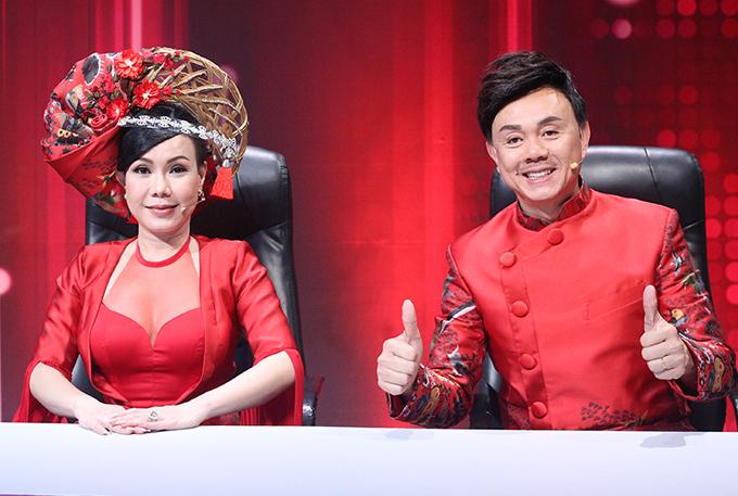 Việt Hương và Chí Tài tiếp tục giữ vai trò đội chủ nhà. Nữ danh hài liên tục gây chú ý với những bộ cánh gợi cảm, ấn tượng.