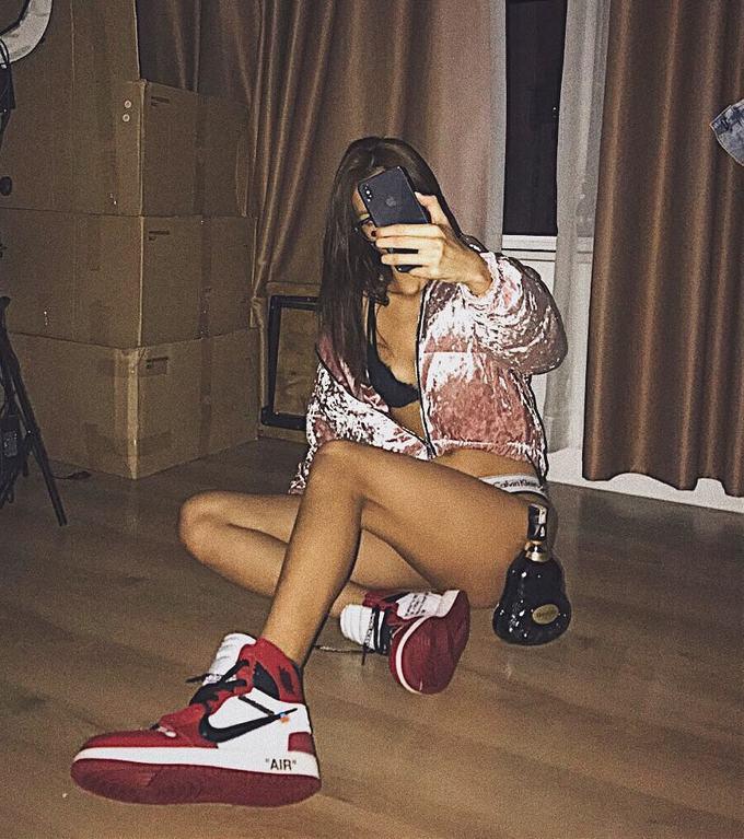 \'Bóc giá\' bộ sưu tập giày sneaker của Minh Tú