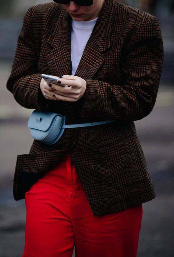 Kết hợp túi hot trend cùng các kiểu áo blazer kẻ sọc ca rô, áo len phom dáng rộng đi cùng chân váy midi, chân váy bút chì, quần jeanlà cách mà nhiều fashionista áp dụng.