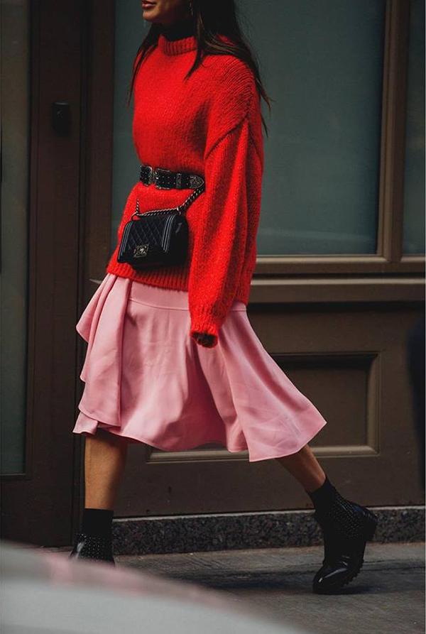 Nhiều cô nàng còn thể hiện sự sáng tạo khi hô biến các kiểu túi đeo chéo quen thuộc thành mẫu belt bag thời thượng khi phối hợp với dây lưng tiệp màu.