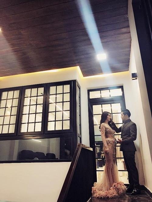 Dịp Tết này, gia đình diễn viên Ngọc Lan và Thanh Bình đón năm mới trong căn nhà 5 tầng ấm cúng. Không gian sống của cặp vợ chồng nghệ sĩ có 1 tầng hầm, 1 tầng trệt, 2 tầng lầu và tầng thượng.