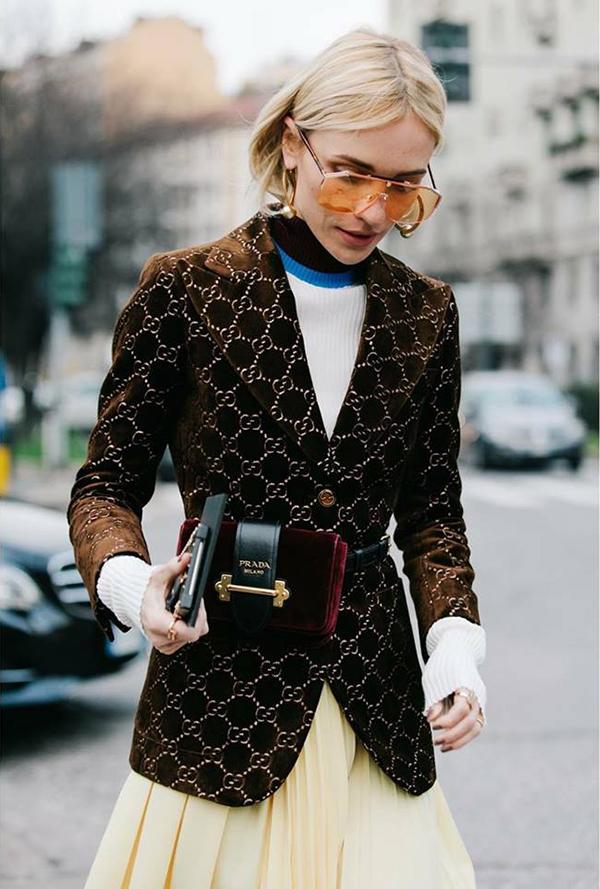 Khi đổ bộ xuống những con phố thời trang gần địa điểm diễn ra fashion week ở mùa thời trang 2018, nhiều tín đồ thời trang khá ưu ái các kiểu túi kết hợp dây dưng kiểu dáng thanh lich.