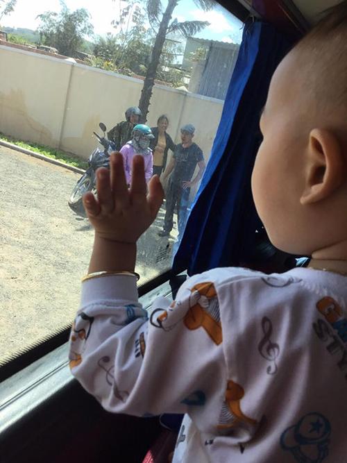 Hình ảnh ông bà ngoạibịn rịn chia tay cháu qua cửa kính xe khách. Ảnh Thúy Linh Ngô