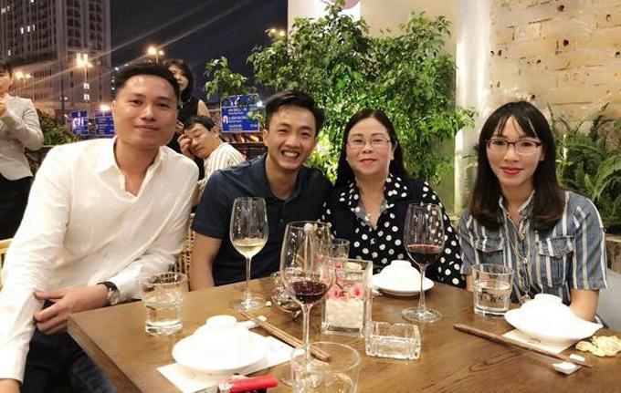 Không chụp ảnh chung với Đàm Thu Trang để tránh gây sự chú ý nhưng Cường Đô La tỏ ra rất thân thiết, vui vẻ khi ngồi cùng mẹ của cô.