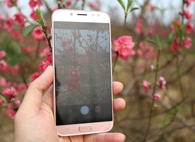 camera sau 13 MP F/1.7 và camera trước 13 MP F/1.9. Khẩu độ lớn giúp smartphone của Samsung dễ dàng có được những bức hình đẹp trong điều kiện thiếu sáng.