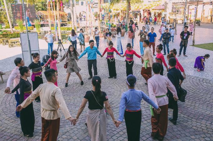 Giữa không gian rực rỡ ngày Xuân, hàng loạt các hoạt động trải nghiệm đậm chất dân gian đều được tổ chức đồng loạt trên khắp tuyến phố đi bộ kết nối mọi người lại gần nhau và mang đến một không gian rộn rã và tràn đầy tiếng cười..