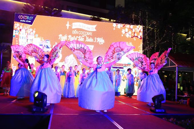 Bên cạnh những hoạt động truyền thống nổi bật, BTC lễ hội cũng rất biết chiều lòng những du khách nhí khi mang đến một món quà khai xuân đầy bất ngờ. Đó là những màn trình diễn thú vị và độc đáo do chính ban nhạc CBS childrens Choir - nhóm nghệ sĩ nhí nổi tiếng ở Hàn Quốc.  Đây là một lễ hội tết truyền thống 3 miền hội tụ đầy đủ tinh hoa văn hoá Việt Nam với quy mô hoành tráng. Và quả đúng như kỳ vọng, Đến Cocobay, Ngất Ngây Sắc Xuân 3 Miền đã trở thành điểm du xuân không thể bỏ qua của du khách tới Hội An  Đà Nẵng trong dịp đầu xuân năm mới này./.
