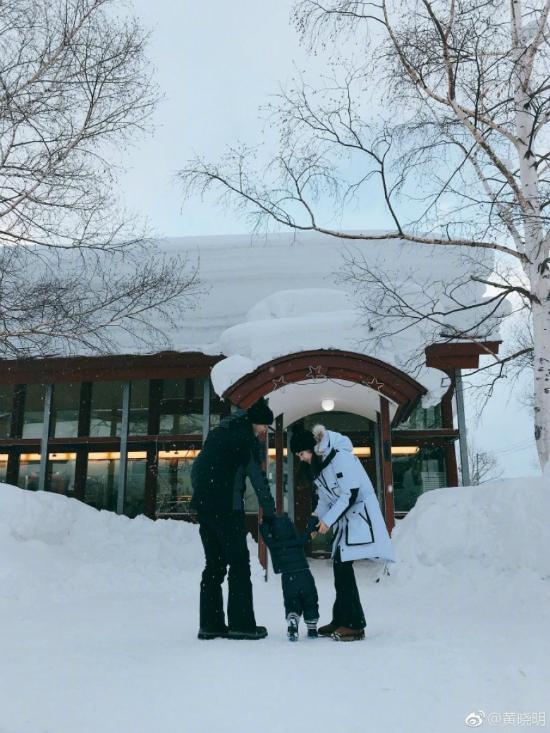 Angelababy chia sẻ trên trang cá nhân bức ảnh ghi lại khoảnh khắc hai vợ chồng đưa con trai ra nghịch tuyết. Hơn một tuổi, đây là lần đầu tiên em bé được bố mẹ