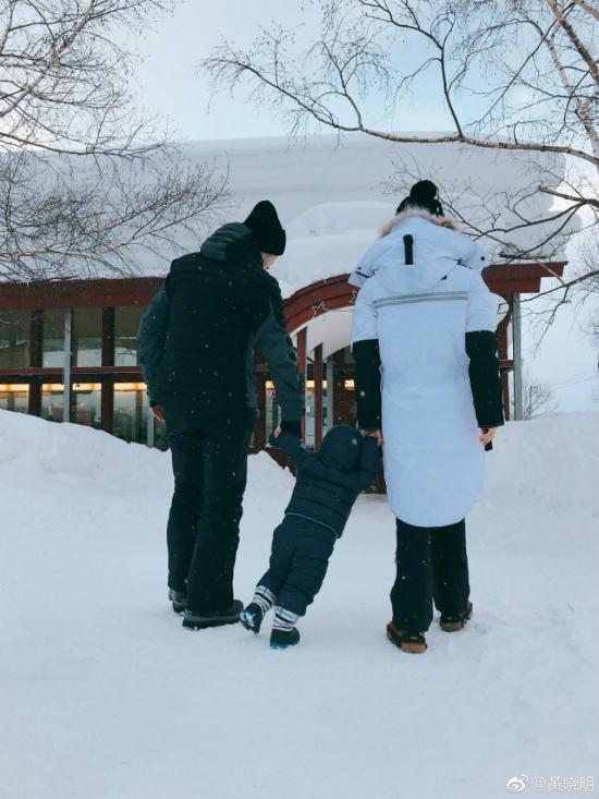 Con trai Angelababy, Huỳnh Hiểu Minh lầnđầuđược bố mẹđưađi trượt tuyết - 2