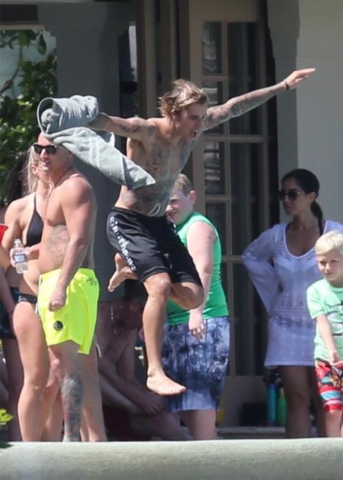 Sau khi tận hưởng những phút giây tình cảm riêng tư, Justin và Selena tới hồ bơi vui đùa cùng mọi người.