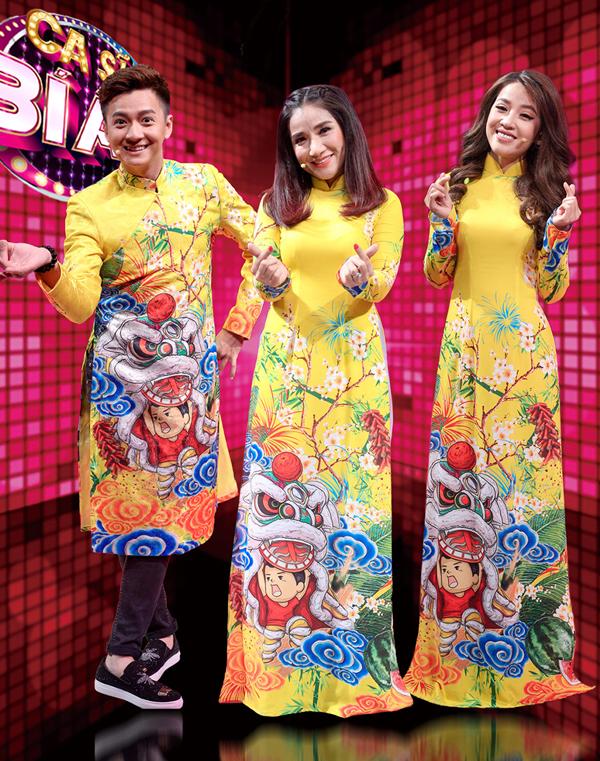 Ba thành viên ban bình luận gồm ca sĩ Ngô Kiến Huy, diễn viên Cát Tường, diễn viên Puka mặc áo dài ton-sur-ton vàng rực.