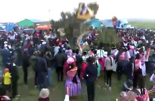 Hàng trăm người dân tụ tập xung quanh cái cây và chứng kiến cái chết thảm của ông Joel.