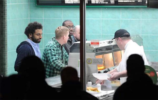 Salah mua đồ ăn ở cửa hàng bình dân tại Liverpool. Ảnh: NS.