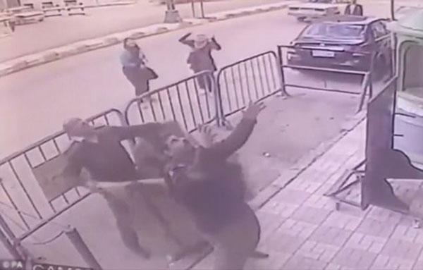 Người cảnh sát bất chấp nguy hiểm để cứu sống bé trai.